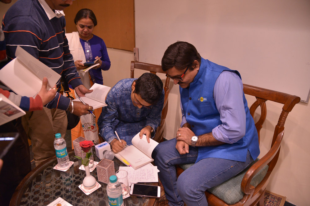 Author-Deepak-Ramola-signing-books-for-the-audience