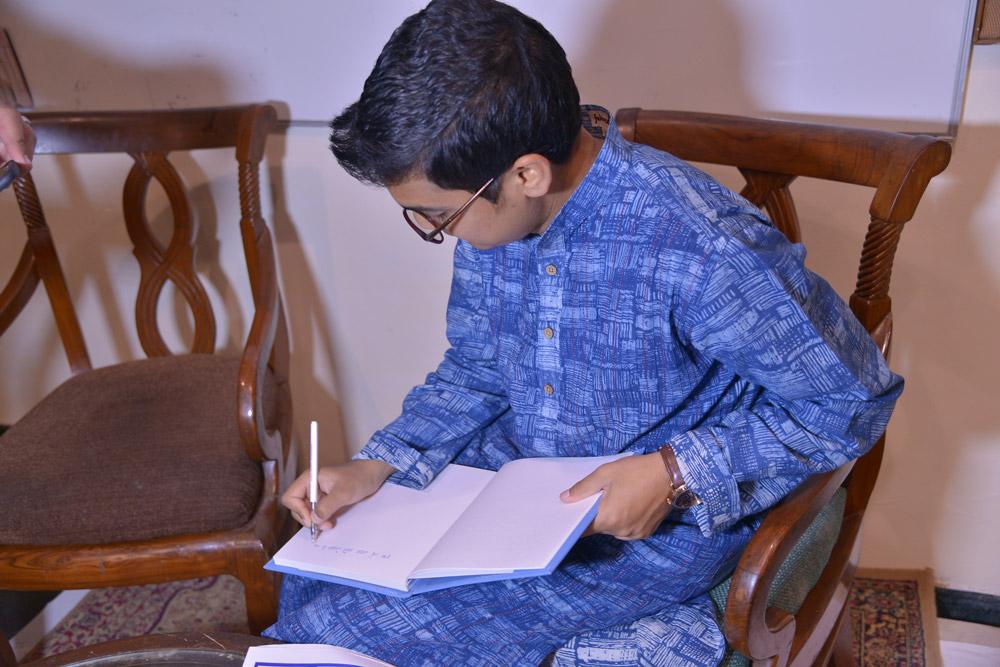 Author-Deepak-Ramola-signing-off-Kalam-Diary
