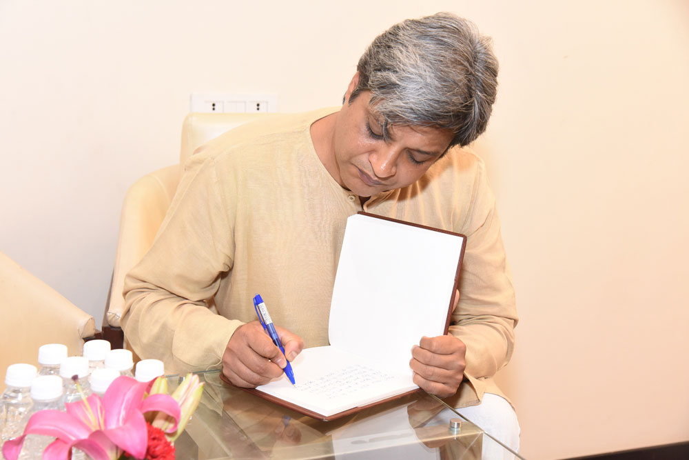 Author-Sopan-Joshi-Signing-off-his-experience-at-the-Kalam-Event