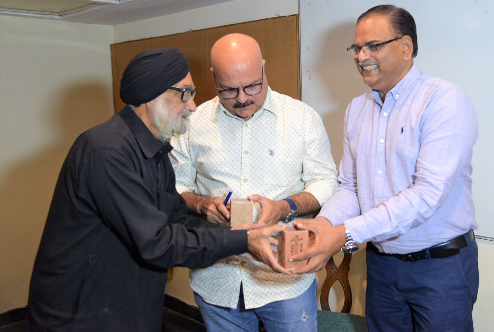 Felicitation-by-Mr.-Bakshish-Singh-to-the-Coversationalist-Mr