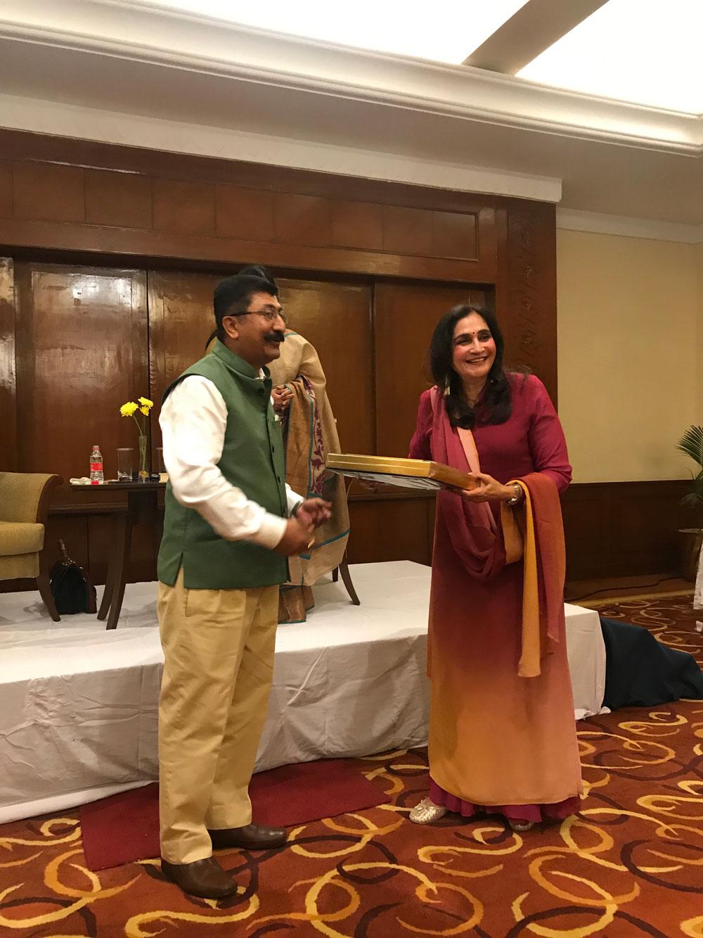 Mr.-Devendra-Ratnawat,-GM,-Taj-Hari-Mahal-Palace-presenting-memento-to-Author-Ms