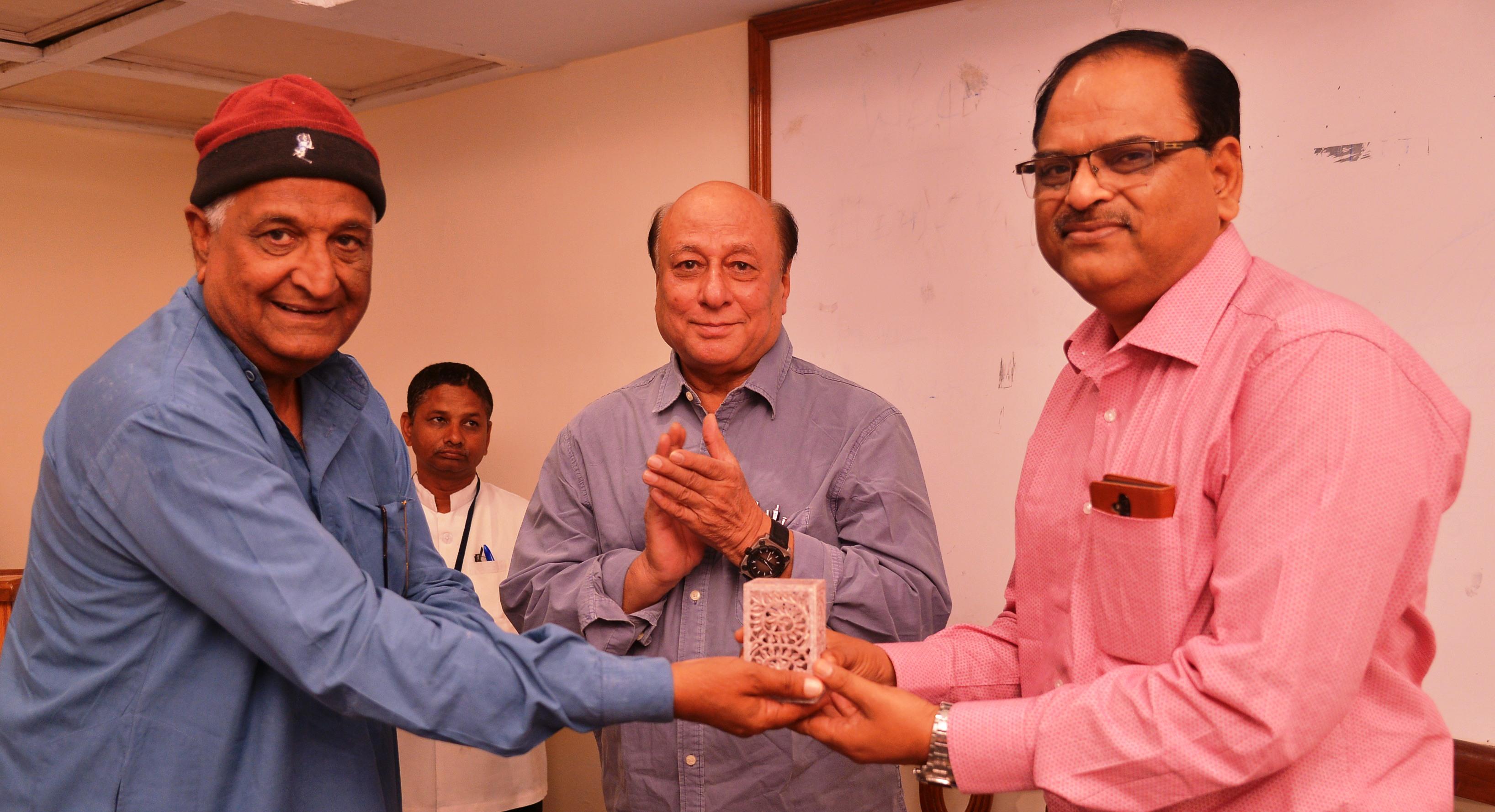 Padmashri C.P. Dewal presenting Memento to Anant Bhatnagar