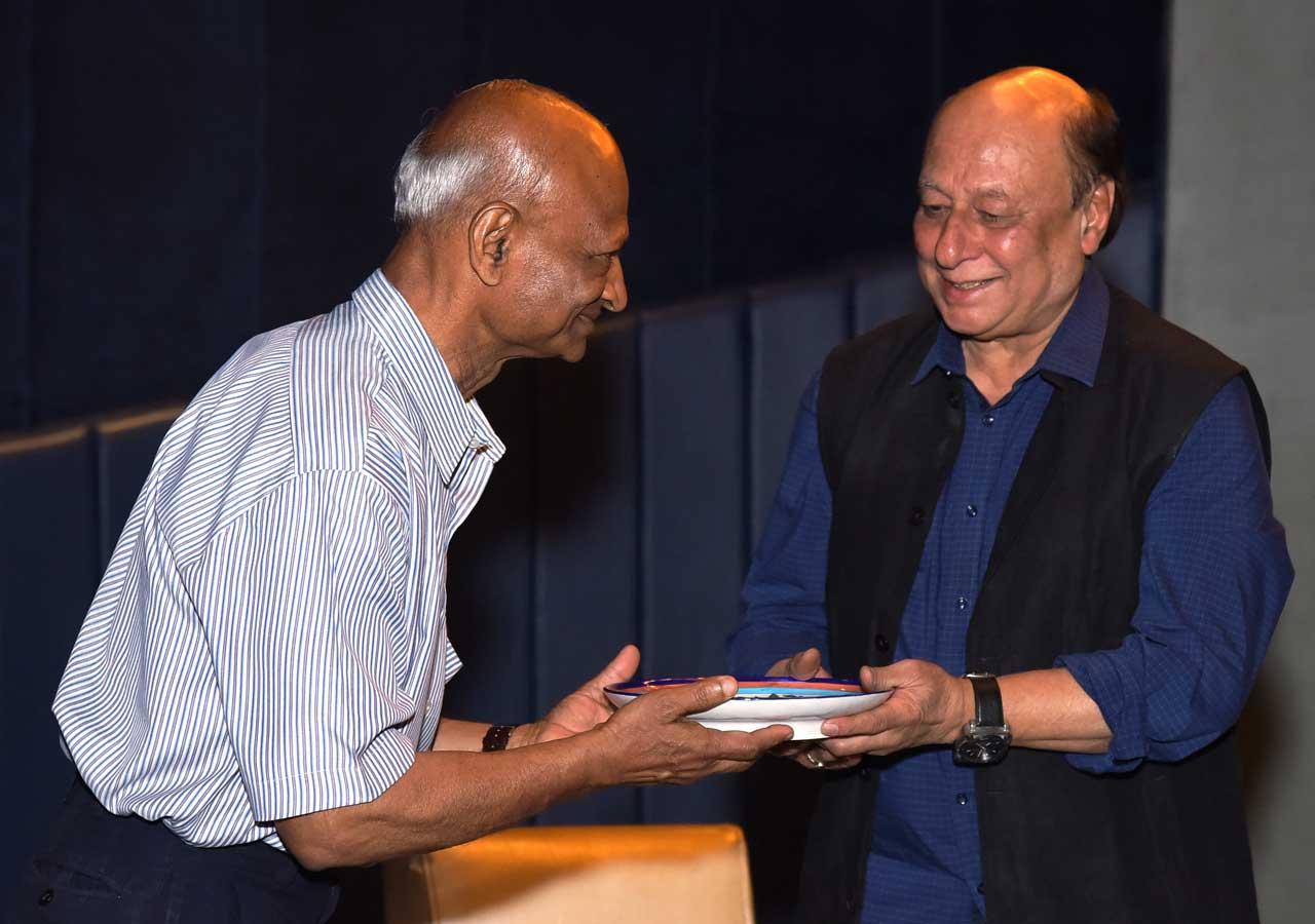 Padmashri-Tilak-Gitai-presenting-memento-to-Author-Uday-Prakash