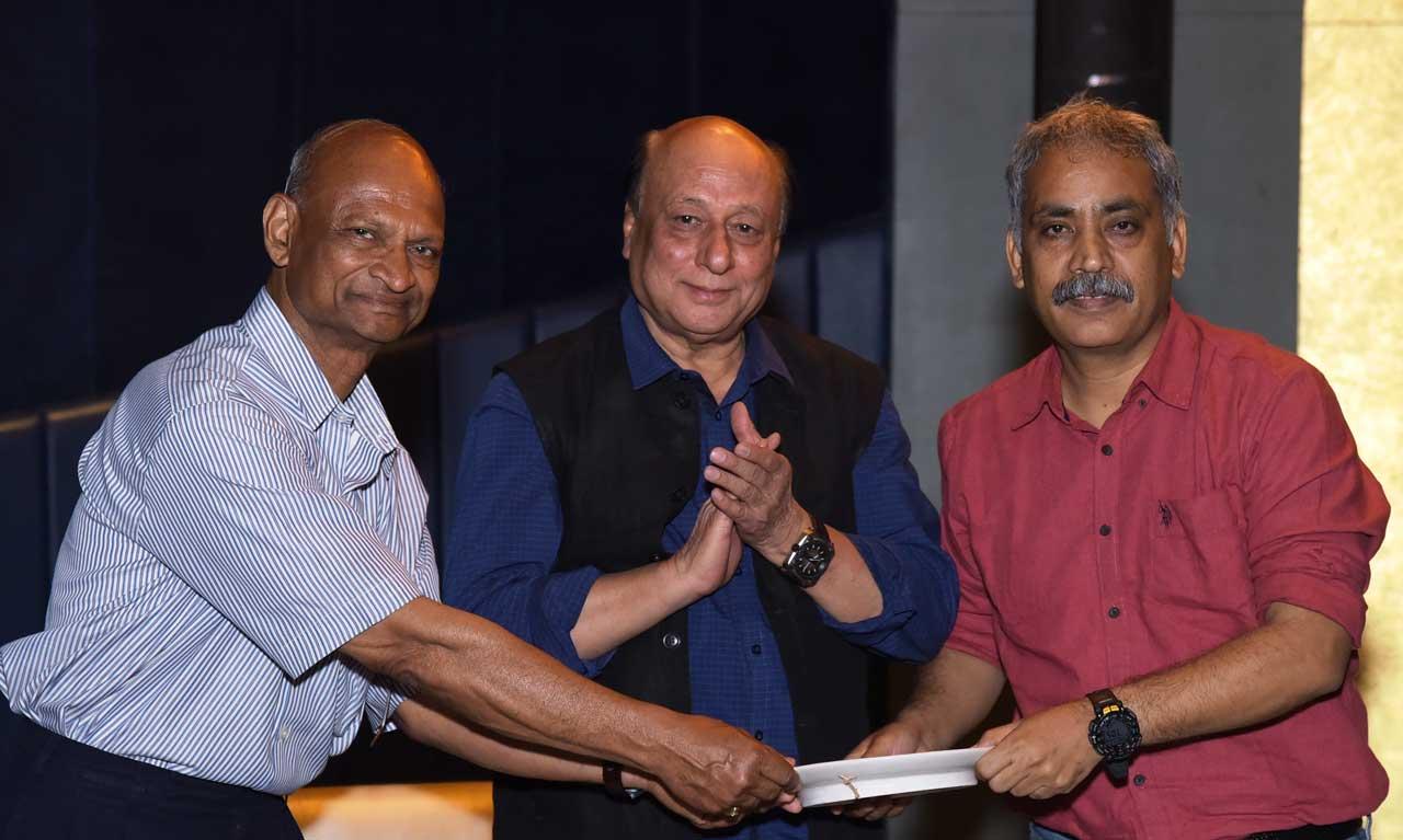 Padmashri-Tilak-Gitai-presenting-memento-to-L.P