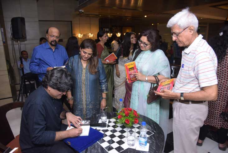 Author-Naveen-Choudhary-signing-books-for-the-audience