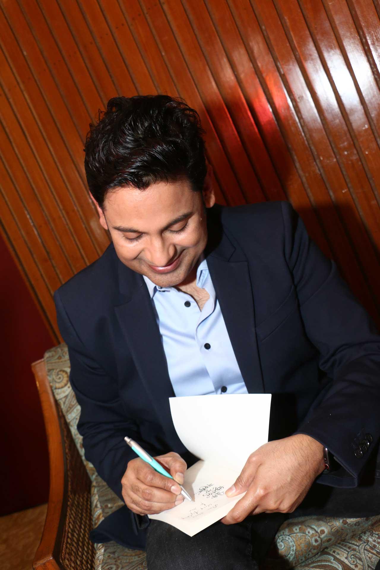 Manoj-Muntashir-signing-books-for-the-audience