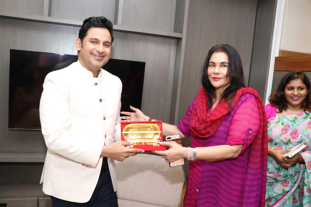 Archana-Dalmia,-Ehsaas-woman-of-Delhi-felicitating-Manoj-Muntashir
