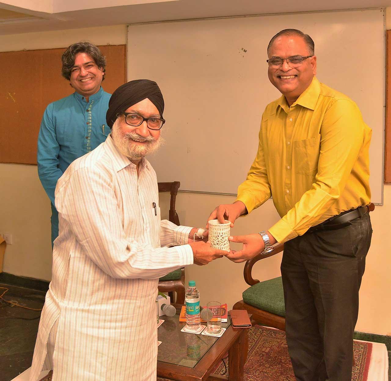 Memento-Presentation-by-Bakshish-Singh-to-Anant-Bhatnagar