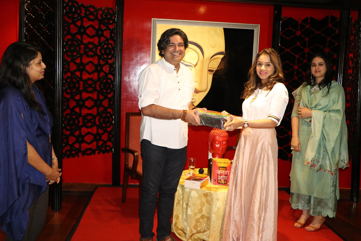 Momento-Presentation-by-Ms.-Swati-Agrawal-to-Author-Naveen-Choudhary