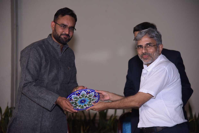 Pramod-Sharma-presenting-the-memento-to-Ashwani-Pareek