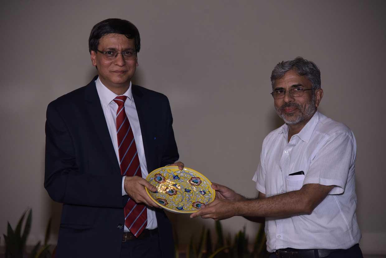 Pramod-Sharma-presenting-the-memento-to-Shazi-Zaman