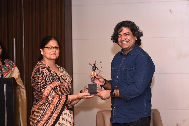 Shubha-Singh-presenting-the-memento-to-Naveen-Choudhary