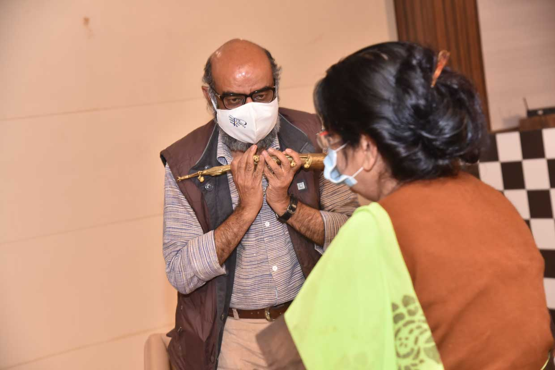 Dr-Arundhati-Sharma-presenting-memento-to-Ram-Kumar-Tiwari