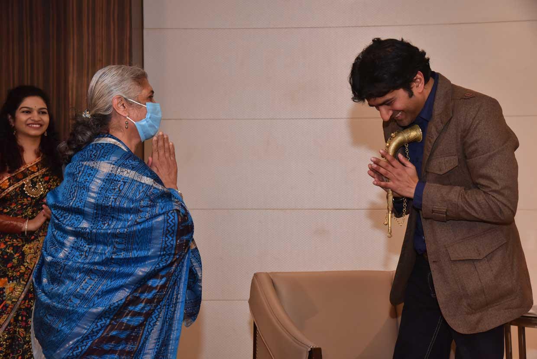Mukta-Dubey-presenting-memento-to-Ashutosh-Bhardwaj
